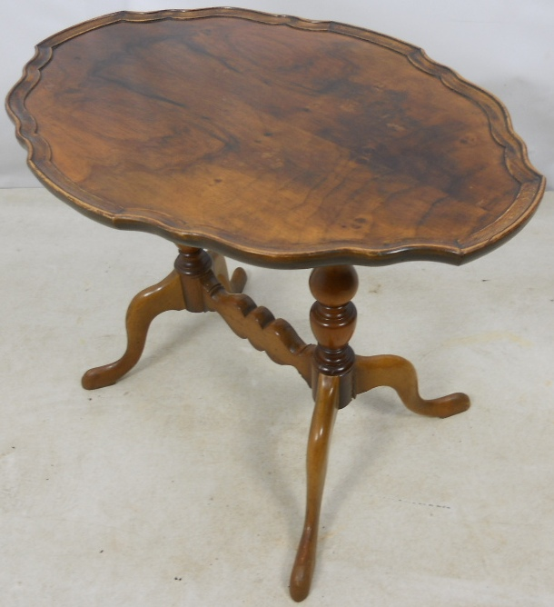 Queen Anne Style Shaped Oval Pedestal Coffee Table